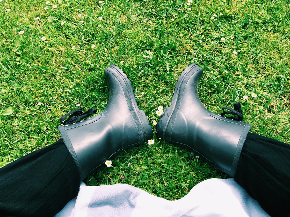 feet-boots-grass-skeppsgarden