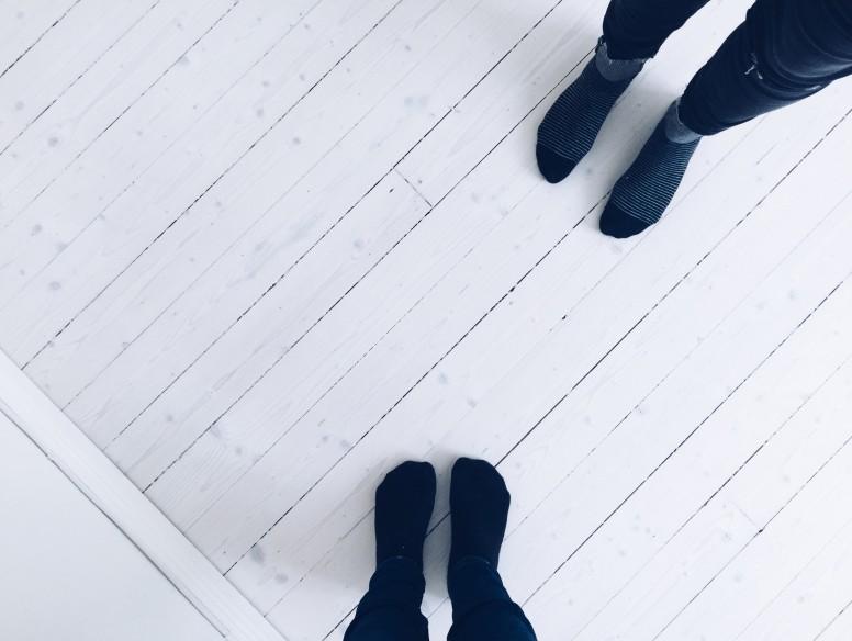 lina me feet home white floor